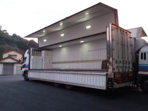運送会社のトラック。きれいに発砲スチロールの箱が積まれ込んである。
