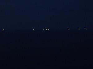 漁火がポツンポツンと。暗かったので写りが最悪だが、なんとなく漁火の「ほのかな」光を感じ取れるのでは?