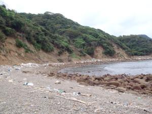 残念ながらここにも漂着したゴミが・・・。