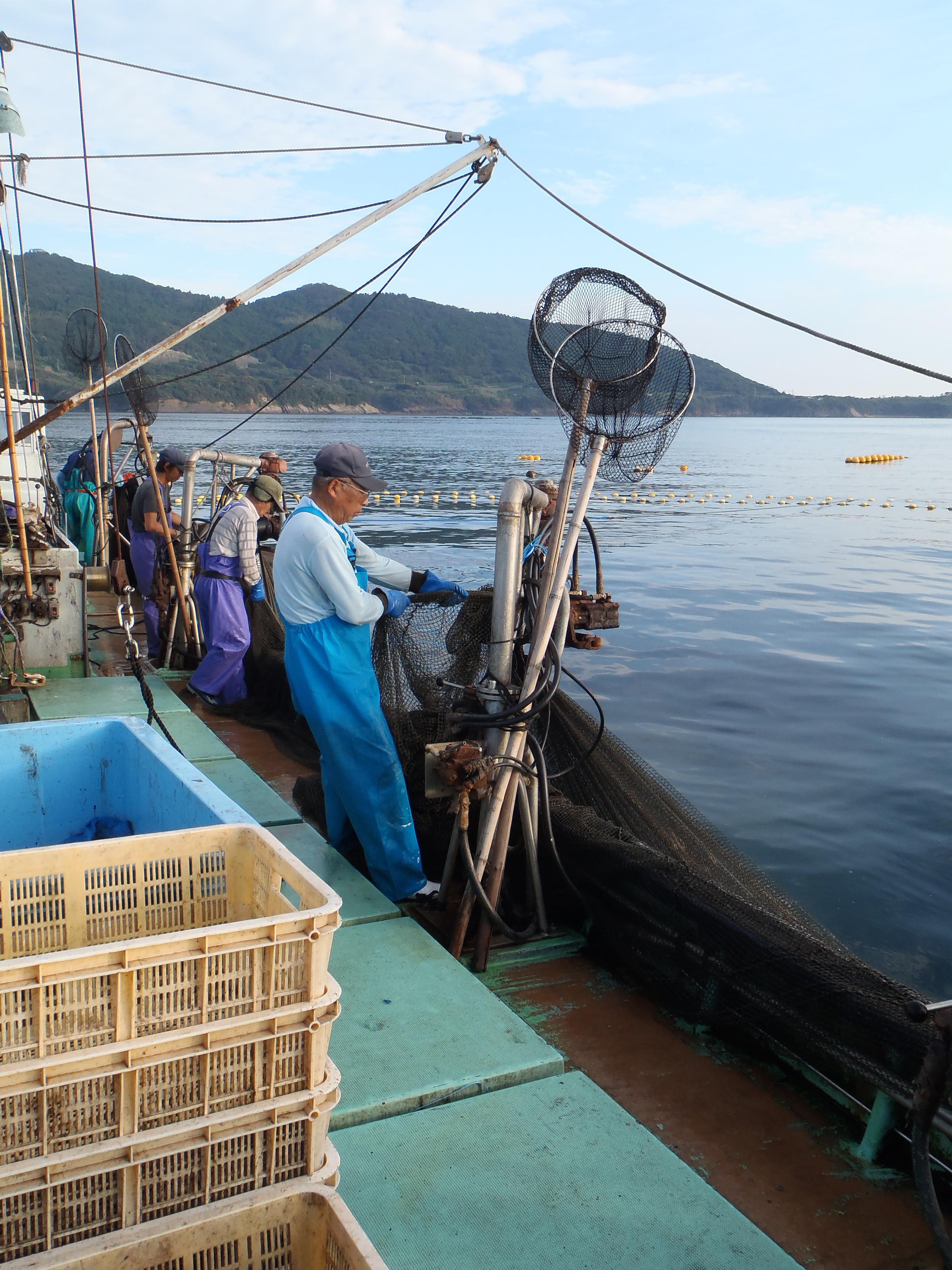 網を巻く機械。船の片方に並んでいる。